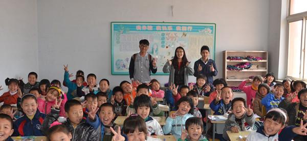 拓展训练游戏活动,后背起立,拍手接力等考验团队协作能力的游戏让同学